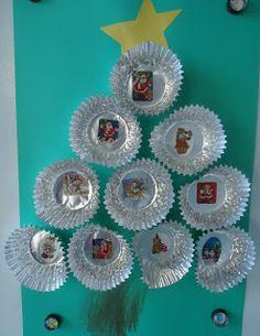 Cupcake vormpjes zilver spuiten, plakken in kerstboomvorm en in het midden een kerststicker plakken