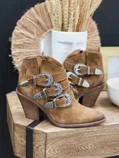 Les bottines MAELYS camel de la marque OVYE sont des bottines à large talon biseuté et bout pointu dans l'esprit santiag. Fermeture par zip et 3 lanières réglables avec boucles décoratives. Boho Fashion, Ankle, Boutique, Shoes, Leather Ankle Boots, Heels, Cowboy Boot, Spirit, Bohemian Fashion