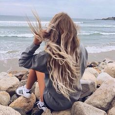 Beach Hair :: Natural Waves :: Brunette + Blonde :: Summer Highlights :: Messy Manes :: Long Locks :: Discover more DIY Easy Hairstyle Photography + Style Inspiration Pretty Hairstyles, Girl Hairstyles, Beach Hairstyles, Hairstyle Men, Unique Hairstyles, Formal Hairstyles, Latest Hairstyles, Wedding Hairstyles, Fotos Strand