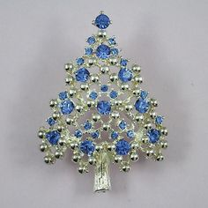 This classic rhodium plated blue rhinestone Eisenberg tree is book piece found in Old Jewelry, I Love Jewelry, Jewelry Art, Jewelry Accessories, Vintage Pins, Vintage Brooches, Xmas Tree, Christmas Trees, Jewelry Christmas Tree