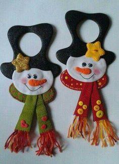 Resultado de imagen para nieves derretidos  en paño lency moldes Felt Christmas Decorations, Felt Christmas Ornaments, Christmas Items, Christmas Art, Christmas Projects, Felt Snowman, Snowman Crafts, Felt Crafts, Holiday Crafts