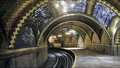 Es ist ein perfekt erhaltenes Denkmal direkt unter den belebten Straßen von New York City. Der Bau dieser U-Bahn-Station wurde vor mehr als einem Jahrhundert als Teil des ersten U-Bahn-Netzes in New York gestartet. 1945 wurde die Station von den Behörden geschlossen. Seitdem schlummert sie unberührt einen Dornröschenschlaf. - nycsubway.org, John-Paul Palescandolo