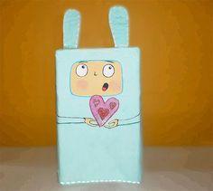 Aproveite as caixas de leite pra fazer embalagens de presente estilo Toy Art usando o papel maché.  #craft #DIY #papelmaché #artesanato