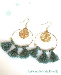 Boucles d'oreilles façon créoles, pompons verts et perles dorées par priscillecreations sur Etsy https://www.etsy.com/fr/listing/570257677/boucles-doreilles-facon-creoles-pompons