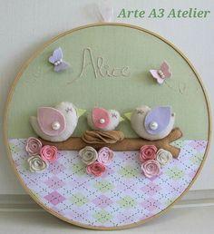 Não ficou um encanto esse quadro bastidor de passarinhos?! #artea3atelier… Embroidery Hoop Crafts, Machine Embroidery Projects, Embroidery Patterns, Baby Mobile Felt, Felt Baby, Crafts To Do, Felt Crafts, Arts And Crafts, Felt Garland