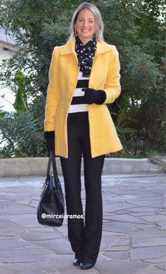 Look de trabalho - look do dia - look corporativo - moda no trabalho - work outfit - office outfit - winter outfit - look executiva - look de frio - look de inverno - warm outfit - casaco amarelo - Yellow coat - listras - stripe - mix de estampas - mix and match - poá - polka dots - black and white