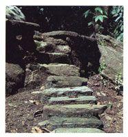 Los caminos de piedra comunicaron la vertiente norte y la occidental de la Sierra. Su función fue crucial en el establecimiento de una compleja red de ciudades y villas en el periodo prehispánico.