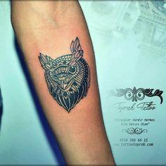 Owl design tattoos... Baykuş dövmesi: Geceleri avlanan yırtıcı bir kuş cinsi olan baykuş; yüzünün yan tarafında değil de önünde olan aşırı derecede büyük gözleriyle dikkat çeker. Görme ve işitme yetileri aşırı derecede gelişmiş olan baykuşlar; gözlerinde