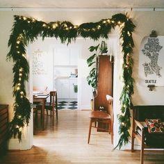 paredes beige y jambas, rodapies y marcos y puertas blancos