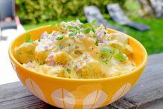 Potetsalat - et fast tilbehør om sommeren. Vegan Dinners, Cheeseburger Chowder, Feta, Potato Salad, Side Dishes, Appetizers, Soup, Potatoes, Ethnic Recipes