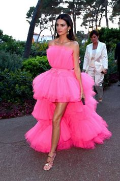 Kendall Jenner's Voluminous Pink Dress Looks Sort of Like a Loofah, but in a Really Pretty Way - Getty / Jacopo Raule/amfAR Kylie Jenner Outfits, Kendall Jenner Outfits, Kendall And Kylie Jenner, Strapless Prom Dresses, High Low Prom Dresses, Pink Dresses, Kardashian, Vetement Fashion, Celebrity Dresses