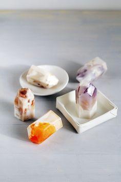 """Faça alguns sabonetes de """"pedra preciosa"""" para usar no banho.   35 projetos DIY absolutamente impressionantes"""
