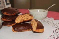 """Oggi voglio darvi la ricetta tipica calabrese di biscotti deliziosi che si trovano in tutte le nostre pasticcerie le """"Susumelle""""   Ingredienti:  380 g. di farina 00 145 g. di zucchero semolato 125 g. di miele 100g. di acqua 1 cucchiaino di ammoniaca per dolci 1 bustina di"""