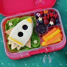 35 Fun Sandwiches for Kids  <br> Over 30 Fun Sandwiches for Kids - so many cute ideas for special occasions, party food and fun packed lunches that kids will love! Cold School Lunches, Creative School Lunches, Kids Lunch For School, Fun Sandwiches For Kids, No Heat Lunch, Kids Packed Lunch, Non Sandwich Lunches, Lunch Recipes, Food