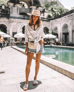 Karina Style Diaries at Parque Lage wearing agolde shorts stripped shirt straw hat chloe sandals Chloe Sandals, Business Chic, Chic Outfits, Street Style, Style Inspiration, Stripped Shirt, Top Beauty, Blogger Tips, Blogger Style