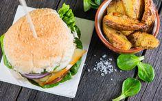 Het is vandaag Hamburger Day en dat wil zeggen: vettige hamburgers à volonté! Uiteraard is dat voor vegetariërs en voor zij die op hun lijn proberen te letten de hel op aarde. Niemand heeft zin in een droge vegetarische burger. Daarom hebben wij speciaal voor jullie hét ideale recept voor een lekkere én gezonde champignonburger.