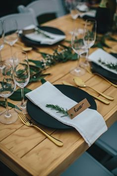pinterest //  f o r t  &  f i e l d  ♥  place cards standing up by sprig of greenery Wedding Plates, Table Set Up Wedding, Wedding Table Cards, Simple Wedding Table Decorations, Decoration Table, Wedding Table Settings, Dining Decor, Trendy Wedding, Perfect Wedding