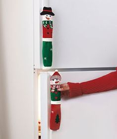 Bring your holiday spirit to the kitchen with these Snowman Appliance Handle Covers! The set of 3 fabric covers will dress your oven and refrigerator handles in cute holiday attire. Christmas Projects, Holiday Crafts, Christmas Holidays, Merry Christmas, Christmas Ornaments, Christmas 2017, 242, Diy Weihnachten, Xmas Decorations