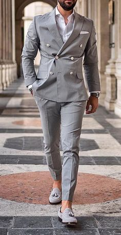 Women Love These Details In A Man's Style. It doesn't matter if you're into classic formal styles, street style, or something more casual, women will focus in key details of a man's outfit. Mens Casual Suits, Grey Suit Men, Stylish Mens Outfits, Mens Suits Style, Grey Suits, Men's Suits, Mens Fashion Blazer, Suit Fashion, Men Blazer