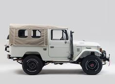 combining a traditional aesthetic with new materials, the FJ43 toyota land cruiser project aspen by FJ company is now restored to its former glory.