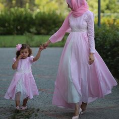 Darling Muslim Mom and Baby Outfit Styling – Girls Hijab Style & Hijab Fashion Ideas Mommy Daughter Dresses, Mother Daughter Dresses Matching, Mother Daughter Fashion, Mom Daughter, Mom And Baby Outfits, Family Outfits, Kids Outfits, Muslim Fashion, Modest Fashion