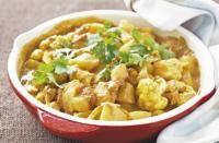 Recette Aloo gobi, Faites cuire les pommes de terre à l\'eau ou â la vapeur puis égouttez-les.Faites fondre le beurre clarifié dans une sauteuse et poêlez à feu vif les graines de moutarde et de cumin jusqu\'à ce