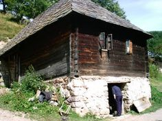 This is another house from Serbia which shows even more complicated rectangular log construction technique. This technique combines the wooden frame made out of thick square profile oak logs and thinner horizontal wooden beams (thick planks). The wooden beams with external joins are inserted into the internal joins on the vertical holding beams.