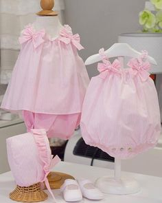 Preciosa esta cucada de conjuntitos que nos ofrece @ambmimo Beautiful</span>️</span>️•••Si te gusta déjanos ... Frocks For Girls, Dresses Kids Girl, Kids Outfits, Baby Girl Fashion, Toddler Fashion, Kids Fashion, New Baby Dress, Baby Girl Dress Patterns, Baby Girl Romper