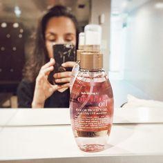 Para manter o meu cabelo saudável tenho sempre imensos cuidados. Recentemente juntei à minha rotina capilar, mais um produto, o cheiroso óleo de orquídeas da @ogx_beauty_pt com protecção de cor e com filtros UVA/UVB. Clica para saber mais