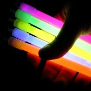 Glow çubukların partilere kattığı renk