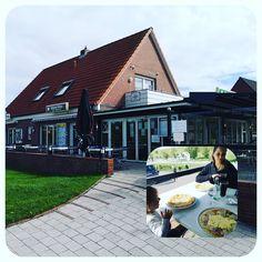 Nach dem Besuch der Seehundstation und einer Sandspielstunde am Strand überkam uns der Hunger. Ich kann euch wärmstens eine deftige Stärkung im Diekster Köken hier vor allem die Pfannekuchen empfehlen. #sehnsuchtwelt #urlaub #kurzurlaub #chalet #camping #campingplatz #nordsee #norddeich #wattenmeer #wochenende #nordseeluft #kurztrip #urlaubmitkind #restaurant #pfannekuchen #heißhunger Strand, Restaurant, Cabin, House Styles, Instagram, Longing For You, Campsite, North Sea, World