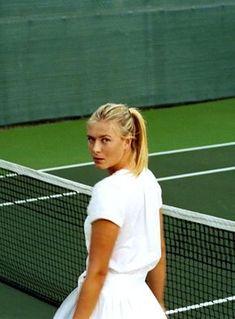 Maria Sharapova signature look - Sport News Maria Sharapova, Sharapova Tennis, Mode Tennis, Tennis Clubs, Tennis Players, Tennis Pictures, Senior Pictures, Tennis Photography, Tennis World