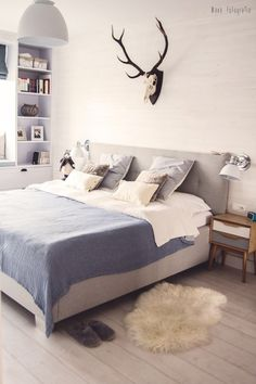 Skandynawska aranżacja sypialni bazuje na jasnej kolorystyce bieli oraz błękitu. Charakterystyczne dodatki, takie jak...