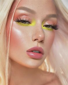 30 Dramatic Summer Soft Makeup Looks You Wish to Wear this Season! New trends are born every single day. Keeping that in mind, we have rounded up 7 summer season special soft makeup looks to inspire you. Cute Makeup, Glam Makeup, Eyeshadow Makeup, Makeup Art, Barbie Makeup, Weird Makeup, Makeup Trends, Makeup Inspo, Makeup Inspiration