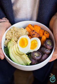 The Simply Quinoa lunch bowl is a healthy, easy and delicious way to make a nutrient-dense meal with little to no time for preparation.