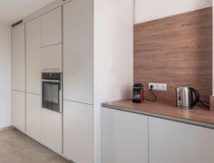Este proyecto cuenta con una zona de office y un gran armario con los electrodomésticos integrados.  Cocina Santos - Cocina blanca - Cocina con isla - cocina abierta - kitchen - open kitchen - white kitchen - Cocina moderna - decoración - interiorismo - decor - minimal - minimalismo - nórdico