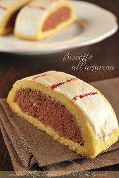 Biscotto all'amarena. E' il dolce classico per fare uno spuntino di mezza mattina.  A Napoli lo preparano tutte le pasticcerie.