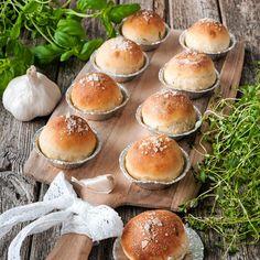 Lyxiga små frallor som är fyllda med vitlökssmör smaksatt med rosmarin, basilika och timjan.