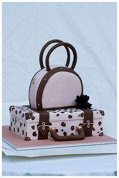 """Suitcase And Handbag Cake 2 Tier cake with suitcase and handbag. Will serve around leopard """"print"""" and all gold. Luggage Cake, Suitcase Cake, Fondant Cakes, Cupcake Cakes, Fondant Bow, Fondant Tutorial, Fondant Flowers, Fondant Figures, Beautiful Cakes"""