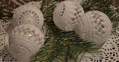 bombka szydełkowa, Crochet Christmas Trees, Christmas Tree Baubles, Christmas Decorations, Decoupage, Decorative Plates, Diy, Candy, Christmas Crafts, Xmas
