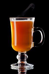 Τα καλά νέα είναι πως πέρα από τη γνωστή και λατρεμένη σε όλους μας ζεστή σοκολάτα ή το τσάι, υπάρχουν και κάποιες άλλες συνταγές για υπέροχα ζεστά cocktails με μικρή ή μεγαλύτερη δόση αλκοόλ.... Hurricane Glass, Tableware, Liquor, Dinnerware, Hurricane Candle, Dishes