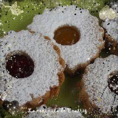 """Estas galletas son una receta alemana. Se suelen hacer en Navidad. Spitzbuben significa """"niños traviesos"""". Me hubiera gustado conocer algo... Xmas Food, Christmas Baking, Christmas Cookies, Brownie Cookies, Cookie Bars, Pan Dulce, Small Cake, Cakes And More, Finger Foods"""