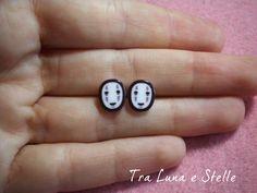 Boucles d'oreilles de lobe sans visage enchanté ville, Studio Ghibli, kawaii par TraLunaeStelle sur Etsy https://www.etsy.com/fr/listing/231912526/boucles-doreilles-de-lobe-sans-visage