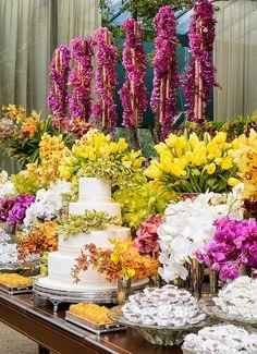 Luis Fronterotta elaborou uma linda decoração colorida para um casamento diurno em São Paulo. Os detalhes são lindos, vem ver!
