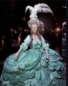 History With some Cake — An extraordinary wax sculpture of Marie Antoinette. 18th Century Clothing, 18th Century Fashion, Roi Louis, Louis Xvi, Vintage Outfits, Vintage Fashion, French History, Madame Tussauds, Traditional Dresses