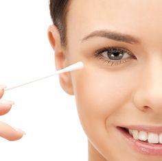 Como usar o cotonete na maquiagem. O cotonete é um dos melhores segredos de beleza de uma mulher, confira essas dicas fantásticas. #dicasdebeleza