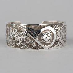 Hummingbird and Flowers Northwest Native Haida Cuff Bracelet Antiqued Finish(Etsy のartfromaboveより) https://www.etsy.com/jp/listing/167627438/hummingbird-and-flowers-northwest-native