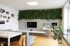 LED Lichter und eine lebende Wand färben eine minimalistische Wohnung in der Slowakei  - http://wohnideenn.de/innendesign/08/led-lichter-lebende-wand.html  #Innendesign