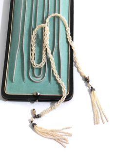 Halsweite: ca. 42 cm. Quastenlänge: ca. 5 cm. Gewicht: ca. 10,8 g. Silber. Zartes Collierchen aus drei geflochtenen Strängen mit kleinen Naturperlchen. An den...