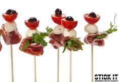 stick it vcc hapje op prikker Finger Food Appetizers, Appetizer Recipes, Tapenade, Tapas, Mozzarella, Birthday, Party, Desserts, Website
